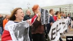 Оппозиция активисттери Көз карандысыздык күнүндөгү демонстрацияда Батыш -2017 машыгуусу Беларус аймагында өтүшүнө да каршы чыгышкан. Минск, 3-июль, 2017-жыл.