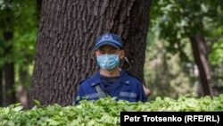 Сотрудник полиции в маске в Алматы.