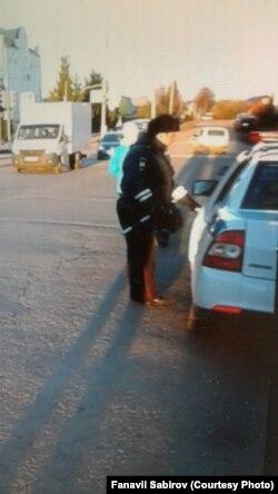Полиция машинасы юл уртасында