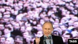 """W.Putin: """"Açyk aýdalyň, şu günki gün hem daşarky, hem Orsýetiň öz içindäki migrasiýa bilen bagly köp zatlar graždanlaryň gaharyny getirýär, jynyny atlandyrýar""""."""