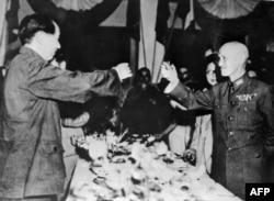 Мао Цзэдун (солдо) Чан Кайши менен тост көтөрүүдө. 1945-жылдын сентябры.