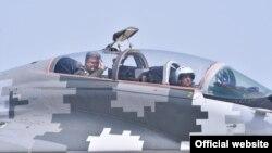 Президент Петро Порошенко у кріслі другого пілота на борту бойового винищувача Міг-29, 5 серпня 2017 року