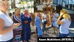 Матери у здания столичной администрации. Нур-Султан, 19 июля 2019 года.