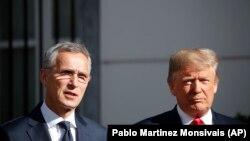Президент США Дональд Трамп и Генеральный секретарь НАТО Йенс Столтенберг перед завтраком в Брюсселе