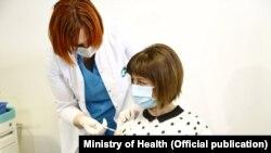 """ჯანდაცვის მინისტრი ეკატერინე ტიკარაძე """"ასტრაზენეკას"""" ვაქცინის პირველი დოზით 23 მარტს აიცრა."""