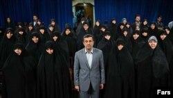 Президент Ахмединежад хижапчан аялдардын ортосунда.
