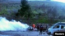Pamje pas një eksplodimi në qytetin kufitar turq Rejhanli ku shihen zjarrfikësit në veprim