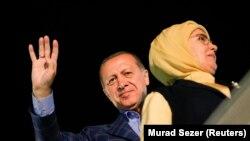 Erdogan je poručio da svi treba da poštuju rezultat referenduma; na fotografiji sa suprugom nakon što je proglasio pobedu