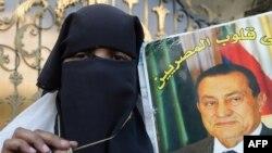 سيدة من انصار مبارك تحمل صورته(الارشيف)