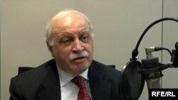 وكيل وزارة الخارجية العراقية لبيد عباوي في ستوديو إذاعة العراق الحر ببراغ 13/12/2011
