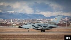 Самолет германских Вооруженных сил готовится к вылету с авиабазы Инджирлик. 8 января 2015 года.