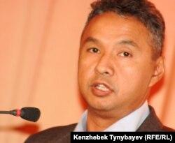 «Ақ жол» партиясының төрағасы Азат Перуашев. Алматы, 15 қазан 2011 ж.