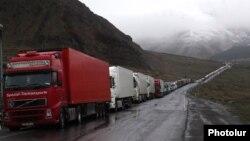 Բեռնատարներ ռուս-վրացական սահմանի Վերին Լարսի անցակետի մոտ, արխիվ