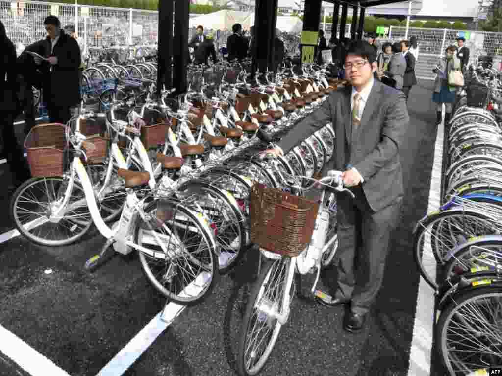 """Японія, Токіё: """"сонечная паркоўка"""" для выдаваных напракат ровараў з электрычным рухавіком, што зараджаюцца ад сонечных батарэяў на даху паркоўкі."""