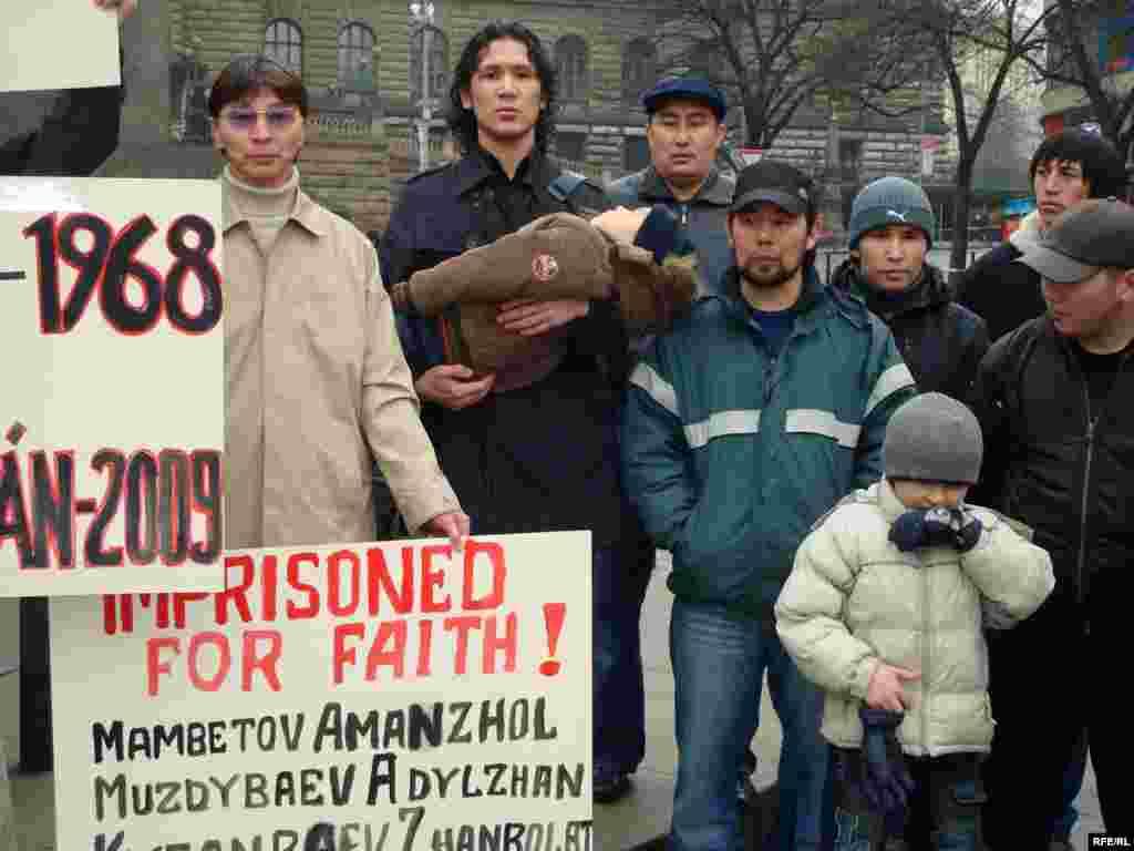 Будущее этих людей, вынужденных бежать из Казахстана, неизвестно - Представители этой общины приняли решение, что им дальше нельзя оставаться в стране, если, конечно, не хотят полностью отказаться от своих религиозных взглядов. И они были вынуждены эмигрировать, чтобы дальше следовать своим религиозным идеям.