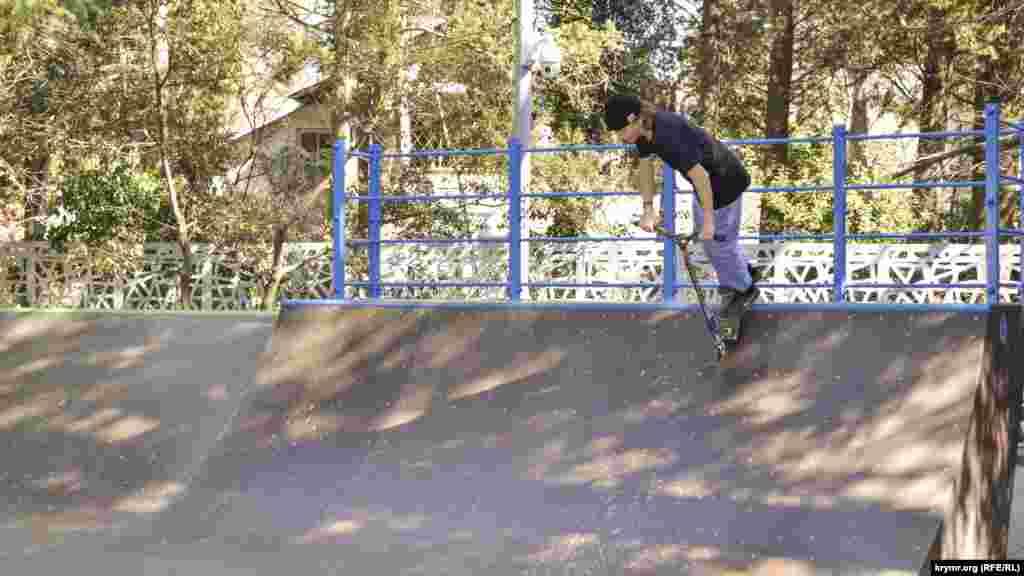 На скейтодромі діти продовжують кататися, хоча мешканці прилеглих будинків зверталися в міську адміністрацію зі скаргою на галас від стукоту дощок і самокатів