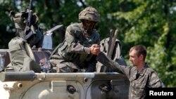 Украинские военные на КПП в селе Никишино Донецкой области. 1 августа 2014 года.