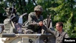 Украинские военные на блокпосту в районе села Никишино Донецкой области. 1 августа 2014 года.