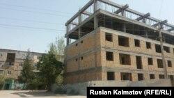 Один из многоэтажных домов в Джалал-Абаде, который называют незаконно возводимым.