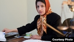 نسرین ستوده در دفتر کار خود در تهران