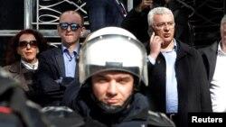 Лідери опозиції Мілан Кнежевич та Андрія Мандич (справа) чекають на зняття з них депутатської недоторканності поряд із будівлею парламенту Чорногорії, Подгориця, 15 лютого 2017 року