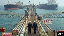 نفتکشها در بندر بصره عراق.
