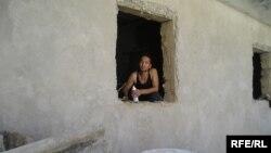 Құрылысшы өзбек мигранты. Алматы облысы Талғар ауданы, 2008 жылдың қыркүйегі.