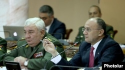 Armenia - Defense Minister Seyran Ohanian (R) and chief of the Armenian army staff, General Yuri Khachaturov, at a meeting in Yerevan, 28May2015.