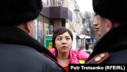 Полиция қызметкерлері журналист Әсем Жәпішеваны тоқтатып тұр. Алматы, 22 ақпан 2020 жыл.