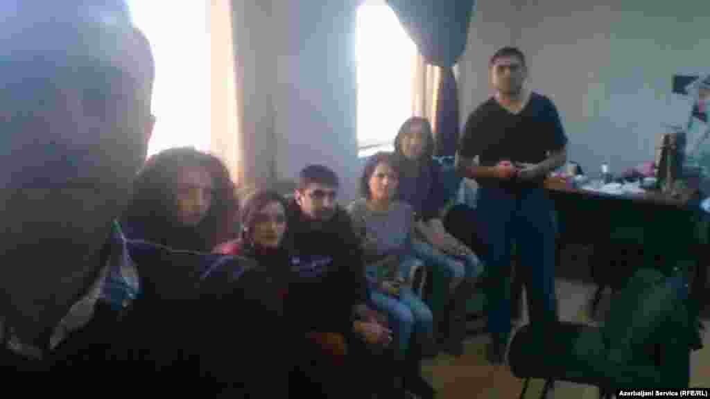 Сотрудники бакинского бюро Радио Свобода удерживаются прибывшими туда прокурорами