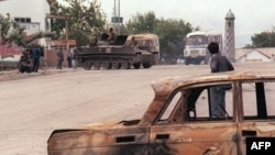 1990 йилнинг 10 июн куни - Ўш кўчаларини совет танклари қўриқламоқда.