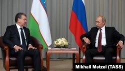 Президенты Узбекистана и России Шавкат Мирзияев и Владимир Путин. Сочи, 11 октября 2017 года.