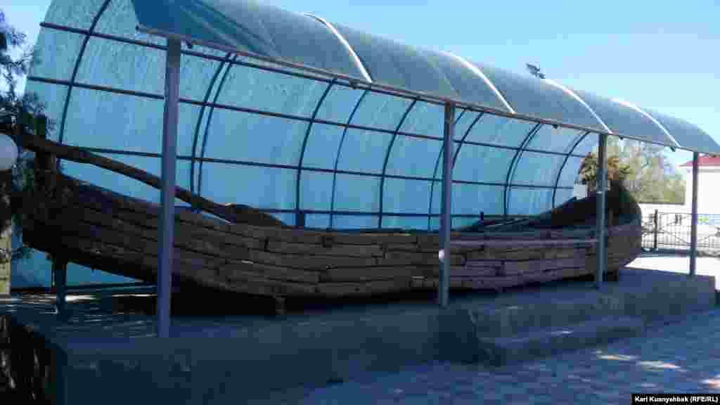 Старинное деревянное судно с веслами во дворе музея в селе Шаульдер - административном центре Отрарского района Южно-Казахстанской области.