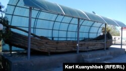 Лодка в музейном комплексе городища Отырар.