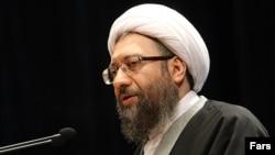 صادق آملی لاريجانی مدعی است که وضعیت زندان های ایران از بسیاری از کشورهای دیگر بهتر است.