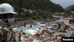 Жер сілкінісінен қираған аймақта жүрген құтқарушылар. Непал, 15 мамыр 2015 жыл.