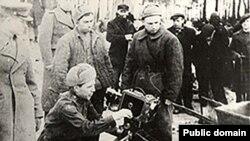 Кенан Кутуб-заде (за кинокамерой) снимает в «Освенциме»