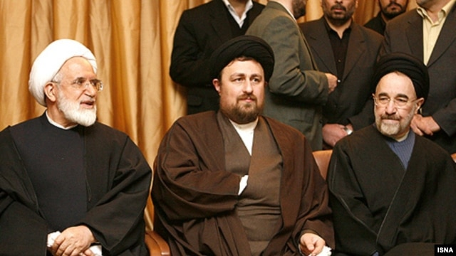 Hassan Khomeini (center), with reformist cleric Mehdi Karrubi (left) and ex-President Mohammad Khatami