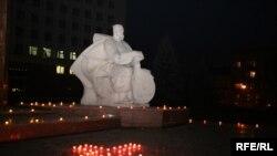 Під час акції вшанування жертв Голодомору біля пам'ятника кобзареві на площі перед «білим будинком» в Івано-Франківську