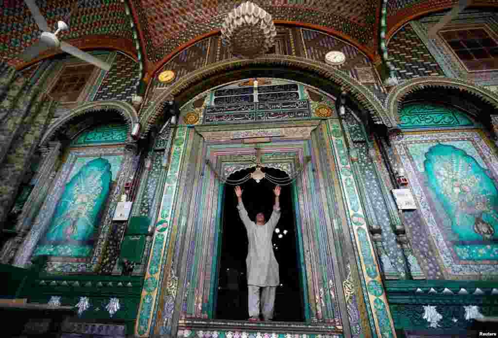 Протягом місяця Рамадан правовірні мусульмани в денний час відмовляються від прийому їжі, пиття, куріння та інтимної близькості  На фото – чоловік в індійській мечеті Мир Саїд Алі Хамадані в Індії. 14 червня 2016 року