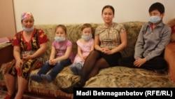 Гульнар Идрисова и ее дети: Алмагуль, Нурсулу, Айгерим и Дулат. Астана, 14 марта 2016 года.