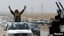 متمردون ليبيون قرب بنغازي