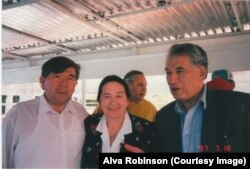 Чыңгыз Айтматов, профессор Илзе Циртаутас жана Мухтар Шаханов. 18.7.1997.