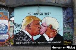 Граффити, целующихся Дональда Трампа и Бориса Джонсона в Бристоле