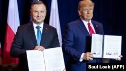 Președintele SUA, Donald Trump, și cel polonez, Andrzej Duda, după semnarea unui acord în domeniul apărării între cele două țări