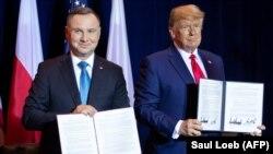 Cei doi președinți după semnarea acordului de cooperare militară la New York