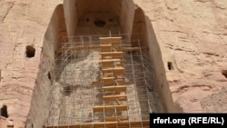 مجسمه خورد قبلاً محکم کاری و توسط برمهها استحکام بخشیده شدهاست.