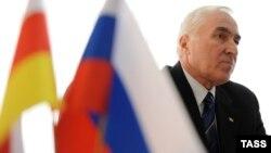 Наблюдатели отмечают, что важные документы президент направил в парламент на следующий день после того, как югоосетинские депутаты ушли на каникулы