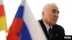 Сейчас Леонид Тибилов как раз и пытается окончательно лишить неугодных министров власти, поэтому так внезапно он принял решение о роспуске правительства