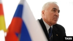 Югоосетинский президент на сто процентов уверен в положительном исходе голосования. Дальше, по его словам, в республике будут ждать момента, «когда звезды могут сойтись», чтобы реализовать итоги голосования